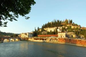 Un'immagine di Verona che sispecchia sull'Adige. LacittàdiGiulietta e Romeo ha appena ospitato la (troppo) contestata marcia per la vita, tappa di un evento di livello planetario, ndr.)