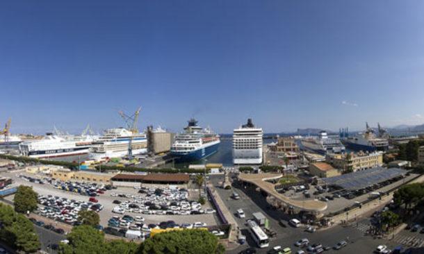 Il porto di Palermo: drastici cambiamenti. Cambierà volto e prolungherà un molo per accogliere il gigantismo delle navi crociera. Con il Cantiere navale è la maggior realtà industriale dell'Isola