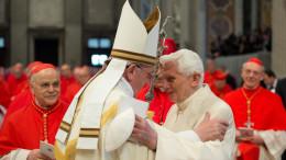 Papa Benedetto non ha esitato a farsi ritrarre affettuosamente  vicino a papa Francesco. Chi l'avrebbe mai detto? Eccoci con 2 papi.  (Foto La Presse 22/02/2014 )