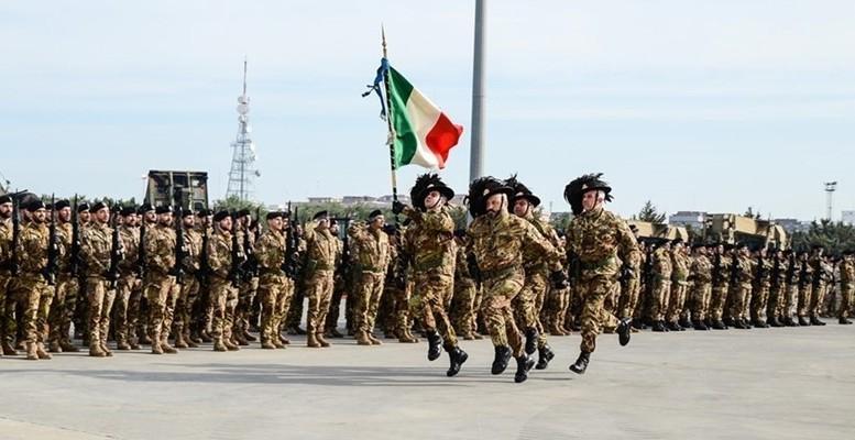 """Bersaglieri sfilano in corsa: è una specialità scelta della fanteria. Molte famiglie italiane ammirano ancora l'esercito. Resterà per lo più professionistico. La """"mini naja"""" potrebbe divenirne la porta di ingresso o ...aprire altre porte."""