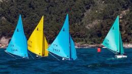 """Scompaiono  e riappaiono  fra le onde le """"derive"""" dei diversamente abili.  Uno dei modelli più diffusi di barca adatta allo scopo è l'Azzurra. progettata e costruita a Palermo."""