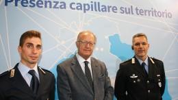 Il Generale Fausto Milillo fra due rappresentanti della Polizia di stato.