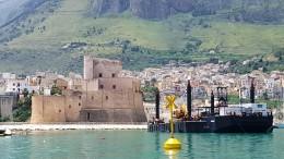 La grande draga in azione a Castellammare nel cuore del porto turistico. (Foto Stefania Troìa).