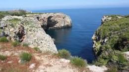 Un'insenatura nella vasta riserva di Capo Rama.Vi sono in Sicilia oltre 30 fra parchi naturali e riserve. Non può dirsi che la manutenzione sia, però, soddisfacente. Ostacoli burocratici e demagogici si oppongono all'assegnazione di opportuni servizi ai privati. Tali presenze renderebbero fruibili aree che risultano praticamente abbandonate a se stesse. Né può dirsi che ciò giovi più di tanto alla salute naturale dei luoghi.