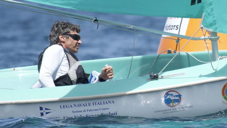 Una bella inquadratura che ritrae Marco Gualandris vincitore di classe Hansa in singolo. (Ph Salvo Lopez)