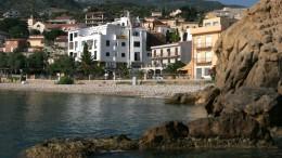 Hotel sul mare. Erronea l'idea che l'Italia potrebbe vivere di solo turismo (vive già anche di ben altro) ma penalizzarlo è il colmo.