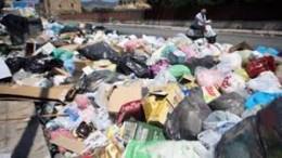 Un'immagine non certo rara a Palermo. L'abolizione dei cassonetti non può che peggiorare la situazione. Molti cittadini non vogliono fare la differenziata ed hanno le loro ragioni...