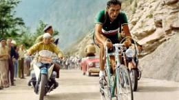 """Fausto Coppi con la maglia di Campione Italiano, ma fu anche campione del mondo su strada e di """"inseguimento"""" su pista. Nel 49 Coppi fu il primo ciclista italiano a conquistare Giro e Tour nella stessa stagione agonistica. Fece sua sia la Freccia Vallone che la Parigi - Roubaix..."""
