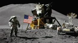 Neil Armstrong, Cristoforo Colombo dello spazio, saluta militarmente il mondo davanti alla telecamera.
