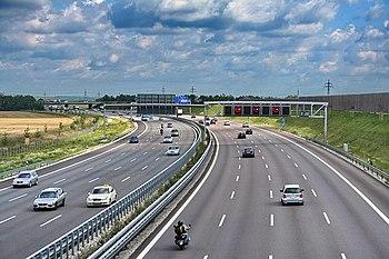 """Autostrada tedesca a tre corsie come ce ne sono da Napoli in su.In Germania esiste da anni la """"velocità minima""""."""