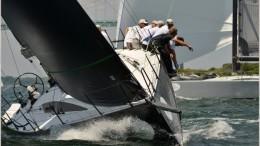 Yacht da regata di bolina: le vele (nere) sono prevalentemente in fibra di carbonio.