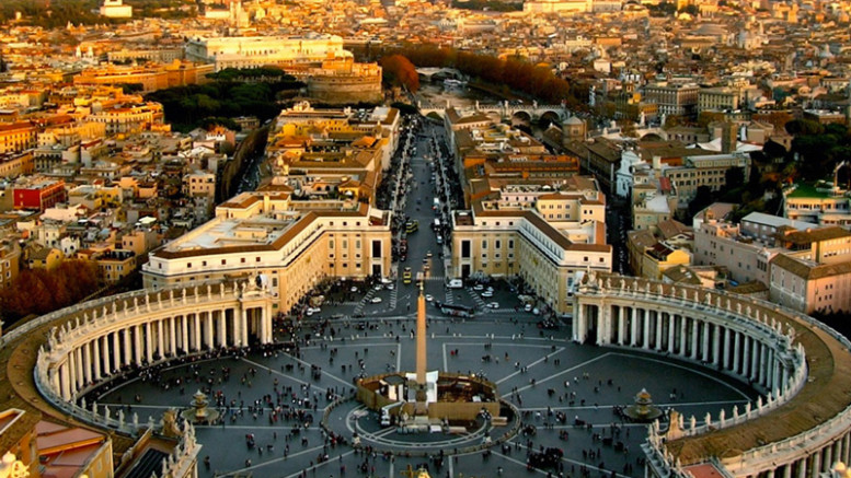Il colonnato di San Pietro visto dal Cupolone, una delle 25 meraviglie del mondo.