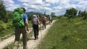 """Turismo a piedi. Come i tradizionali """"globe trotters"""", che spesso - però - viaggiano da soli o in due anche lungo le strade tradizionali."""