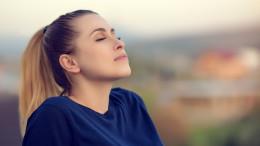 Respira lentamente come se odorassi un fiore... La ragazza respira serenamente e gode di un lungo momento di relax.