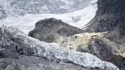 """Il Ghiacciaio del Monte Bianco: è il Planpincieux, unpo' francese, tanto italiano. Quanto ghiaccio però pur dopo tanto surriscaldamento! Ma è il più """"monello"""" di tutti: vuol sciogliersi come un ghiacciolo! Però, ci è già nevicato sopra. I vecchi dicono che non è la prima volta che minacciala la valle. Ma è tempo di cambiamenti climatici. Che dire? Ma sì, certo, è il clima che cambia..."""