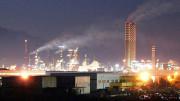 """Il possente complesso petrolifero di Gela. Adesso sarà ecologico e sfrutterà anche materiali di risulta trasformandoli in """"eco gasolio""""."""