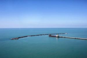 L'approdo per le petroliere e la diga offshore accessibile da lati.