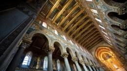La navata del Duomo di Monreale con in fondo il Cristo Pantocratore. L'immagine dell'abside      ripete quella di Cefalù (come i campanili della facciata differenti l'uno dall'altro). A Monreale i mosaici (bizantini), però, proseguono per tutta la chiesa e il chiostro riflette nei suoi minuti decori alle colonne l'arte di ascendenza  araba. Essa testimonia, anche, nei musulmani, il culto per la molteplicità: nessun decoro è uguale ad un altro. Accettare la molteplicità infusa della natura (cosmo) rappresenta la virtù. L'unità, infatti, è solo in Dio. Nel suo insieme, però, il cosiddetto stile arabo normanno andrebbe chiamato, ben più correttamente, normanno bizantino.(Vedi in fondo nell'articolo e nelle note).