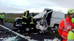 Erano un'auto e un van. Sono solo ferraglia dalla quel si stenta ad estrarre i corpi delle vittime:autostrada rischio velocità, imperizia, alcol e droga...