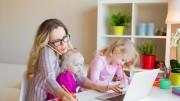 La mamma non si pone problemi: eccola al lavoro fra il PC e il telefonino.
