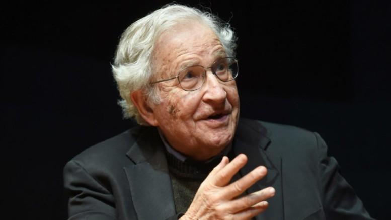 """Noam Chomsky  (Filadelfia, 7 dicembre 1928) è considerato uno dei più grandi intellettuali e delle più grandi menti contemporanee: il pensiero - per lui - non esisterebbe senza il linguaggio. Di questo fanno parte la lingua parlata, la gestualità e i simboli. Tutti e tre trasmettono """"il messaggio"""". Ma si consideri che il suo pensiero sulla materia è molto articolato. Non può dirsi, per la verità, che i suoi scritti siano chiari, quanto è, invece, importante la sua dottrina."""