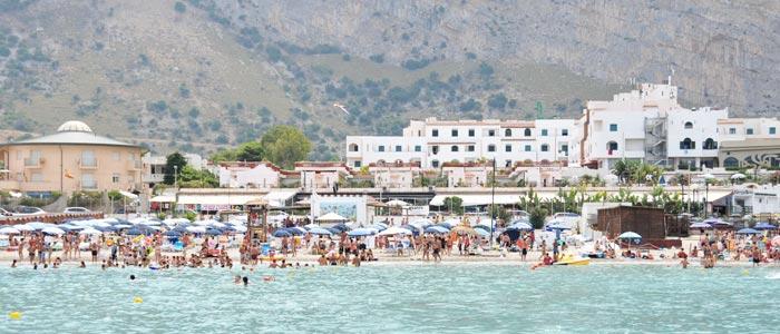 Il Saracen visto dal mare con la sua spiaggia privata. Nelle zone a verde dispone anche di grandi piscine.
