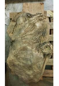 La Dama bianca di Tindari, statua acefala in marmo e pietre, risalente all'Impero romano, vista con grande interesse e molto contesa: andata smarrita è stata ritrovata sepolta nella polvere nel corso dei recenti restauri del Salinas, dove di trova esposta, nonostante le richieste provenienti da Patti.