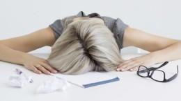 Rilassarsi sulla scrivania: una breve pausa durante lo stress da lavoro. La buona respirazione (meglio se possibile con aria pura)  è una pratica fondamentale.