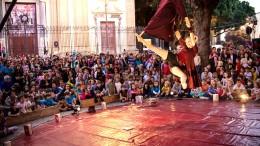 Ballo acrobatico sul palcoscenico montato a Ballarò.