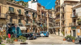 Guai a possedere case nel centro storico:  qui la storica piazza Rivoluzione con una delle più note statue del Genio di Palermo.