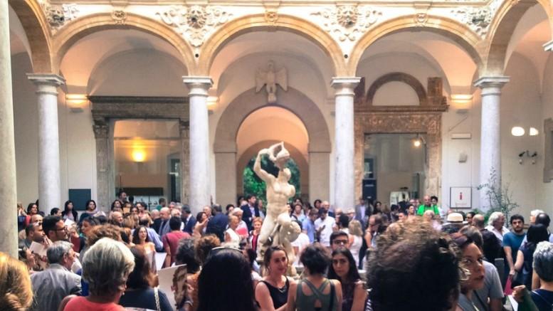 Folla nell'atrio del Museo Salinas in piazza Olivella a Palermo.