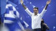 Kyriakos Mitsotakis esulta dopo la vittoria elettorale. Tutto il mondo è  ormai stanco della sinistra, delle sue scelte ideologiche, dei suoi eccessi, della mancanza di senso della realtà...