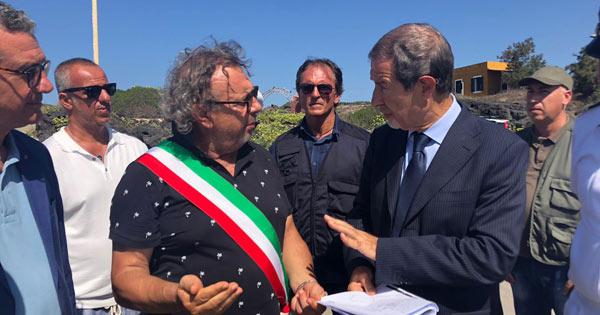 Musumeci a Linosa dove si sta provvedendo, come in tutte le piccole isole siciliane, ad un nuovo porto di iniziativa pubblica, ovvero ad  integrali ristrutturazioni...