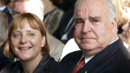 Helmut Kohl e Angela Merkel ancora giovane e carina, appena divenuta bionda, caratteristica che poi ha sempre mantenuto. Kohl fu il suo evidente pigmalione. Faceva parte di una loggia massonica riservata in esclusiva  a chi avesse discendenza giudaica.