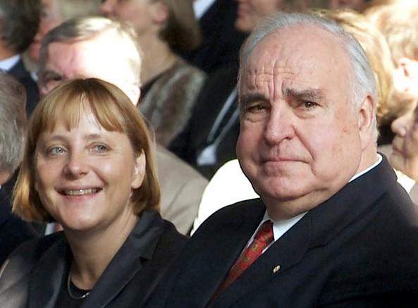 Helmut Kohl e Angela Merkel ancora giovane e carina, appena divenuta bionda, caratteristica che poi ha sempre mantenuto.