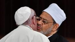 """Papa Francescobacia il grande imam al-Azhar con il quale ha sottoscritto un documento di pace e fatellanza. Francesco """"ci prova"""", ma..."""