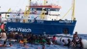 """La Sea Watch, la nave delle Omg, che, assieme alla """"strana"""" comandante Carola Rackete, ha suscitato le maggiori polemiche.   Non c'è dubbio che sapere della presenza delle Ong in mezzo alla traversata induca a maggiori partenze e incoraggi gli scafisti. Sempre escludendo (?) accordi fra queste navi e i nuovi """"mercanti di schiavi"""", le Ong  danno loro la fatidica """"mano"""" d'aiuto, moltiplicando le partenze e gli sbarchi."""