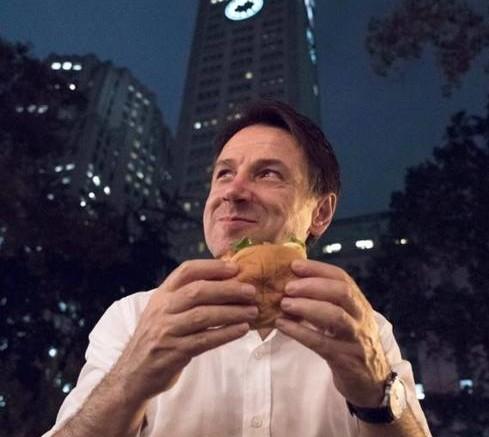M'o fate magnà sto' panino? Lui, intanto, risparmiare gli italiani: qui, chiaramente all'estero, s'accontenta di un hamburger. L'ultima accusa? Aver venduto sottobanco l 'ex Ilva agli indiani. Solo fac news?