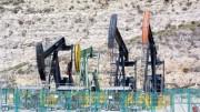 """Una """"giraffa meccanica"""" alta e larga qualche metro che non fa alcun rumore. Qui, cosa rara, sono in 4. Occupano un piccolo angolo nel paesaggio: ecco """"l'impatto ambientale"""", quel che rimane di un pozzo petrolifero. In cambio, tanto """"oro nero""""..."""