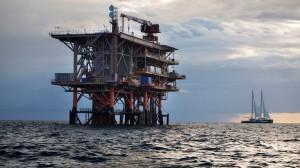 Pozzi di petrolio in mare. Non danno fastidio alla navigazione. Per le picco le barche sono anzi un punto di rifermento.