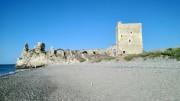 """La spiaggia di Campofelice termina con la storica Torre Roccella. Di fabbricazione antichissima, distrutta dagli arabi, adibita poi a caricatore"""" di cereali e appartenuta ai Ventimiglia e ai principi Alliata."""