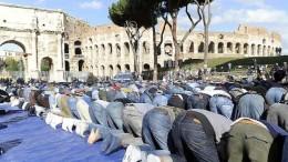 Hanno steso un tappeto nel cuore della Roma dei papi. Sono in tanti, senza donne,  e pregano rivolti alla Mecca.
