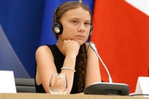 """Greta come appare distesa in """"sala conferenze"""": non è più una bambina. Ne assume l'aspetto a causa di un ritardato sviluppo."""