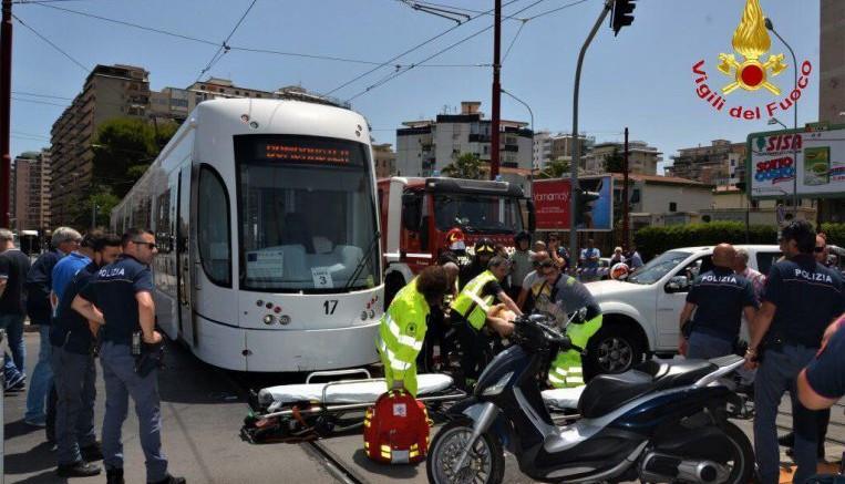 """Di incidenti del tram sono piene le cronache, a Palermo e altrove . A causa delle ruote d'acciaio, il tram, così come il terno, non può frenare come dovrebbe: ha una """"frenata lunga""""..."""