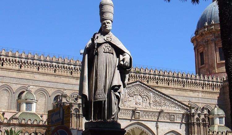 La statua di Sant'Agatone sul piano della Cattedrale di Palermo è posta in grande evidenza fra co.so V.Emanuele e il Palazzo arcivescovile.