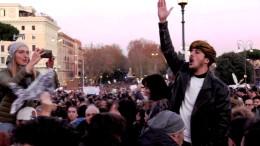 """In piazza fra selfie e vecchie canzoni. Voglia di '68. Per i giovani- dopo la crisi della festa della matricola - è occasione di divertimento. E' evidente, però, l'interesse - probabilmente extra italiano - di impedire la governabilità: né alternanza, né soluzioni di compromesso (Nazareno). Si dice che certi movimenti non siano finanziati: Syriza, 5Stelle, Podemos... Molto improbabile: anche i no Tav sono evidentemente  finanziati. Adesso è la volta delle """"sardine"""".  Mah! Senza alcun senso del ridicolo, senza un minimo di gusto... Si dà spazio al pressappochismo dell'ignoranza diffusa, dopo aver inferto duri colpi alla pubblica istruzione. Sembra proprio che possa esserci un """"genio cattivo"""" dietro tutto ciò..."""