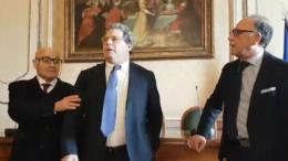 Assemblea, sala stampa: MIcciché fra due giornalisti parlamentari. A sinistra della foto il decano Giovanni Ciancimino cerca di arginare la foga del presidente.