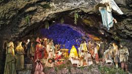 """Presepe monumentale di Acireale. L'allestimento è settecentesco. Ma """"il Presepe è la grotta"""". Prepariamolo come possiamo, non necessariamente """"elegante""""."""