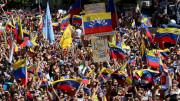 """Una manifestazione """"vera e opportuna"""". In Sud America si protesta contro i governi dittatoriale crisi """"da fame"""". Qui la manifestazione contro Maduro nel centro di Caracas. E' il falso socialismo, in agguato ovunque,  sorretto dai peggiori poteri (finanza), che  prende forma di mostro. Ne nascono regimi oppressivi e beceri... Altra protesta lecita,se non sacrosanta, quella di Hong Kong contro i capital comunisti cinesi..."""