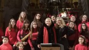 Foto ricordo con il Coro dei Bambini The Blue Guys.  Al centro Felicia Bongiovanni con la sciarpa rossa e la direttrice del coro Azzurra Moscia. Tutti a cantare per il bimbo Gesù alla Chiesa della Pietà.